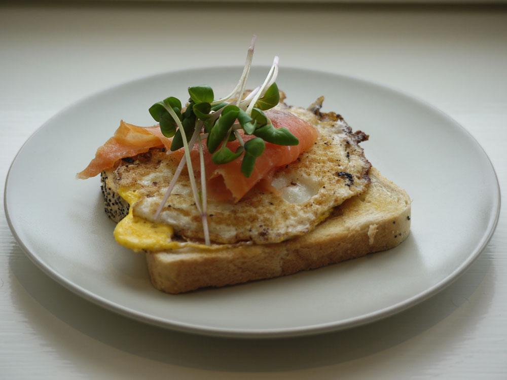 Bladrädisa, kallrökt lax, vändstekt ägg på toastBladrädisa, kallrökt lax, vändstekt ägg på toast